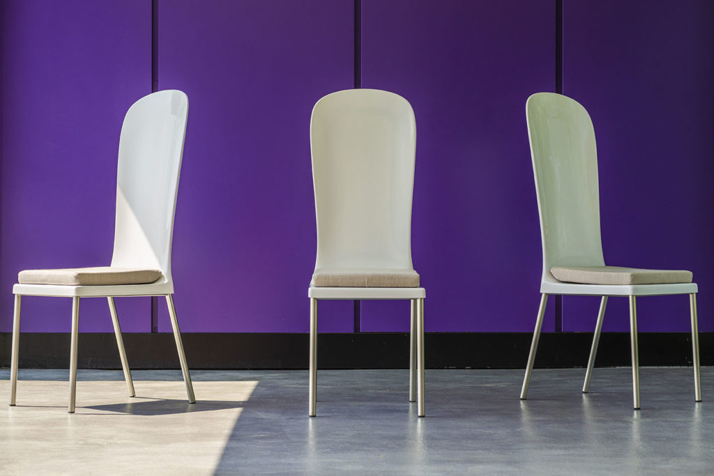 chaise jardin design blanche sous trois angles