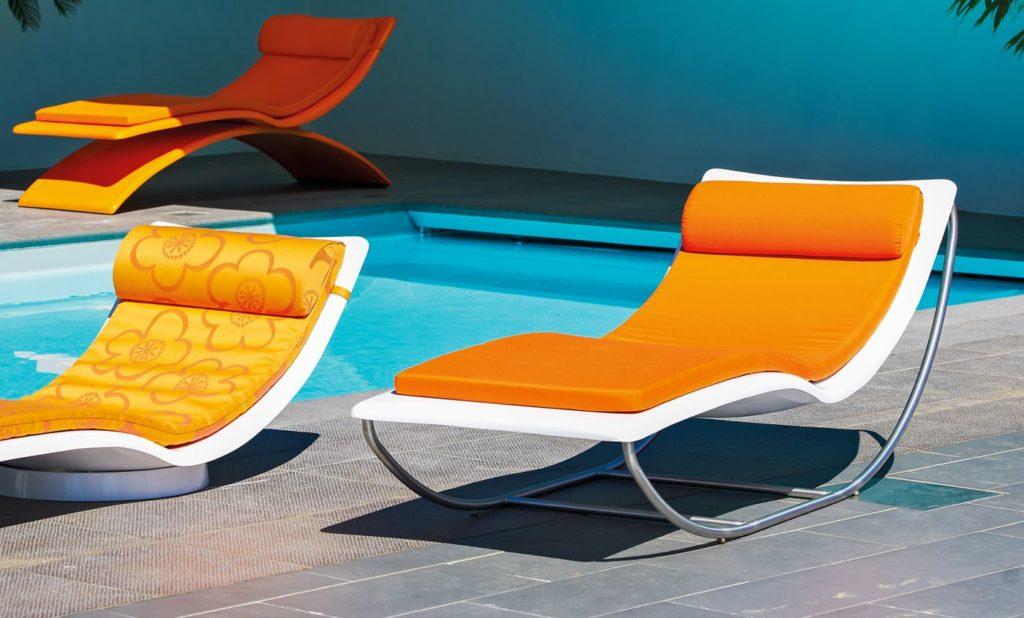 bain soleil design avec matelas orange pour terrasse