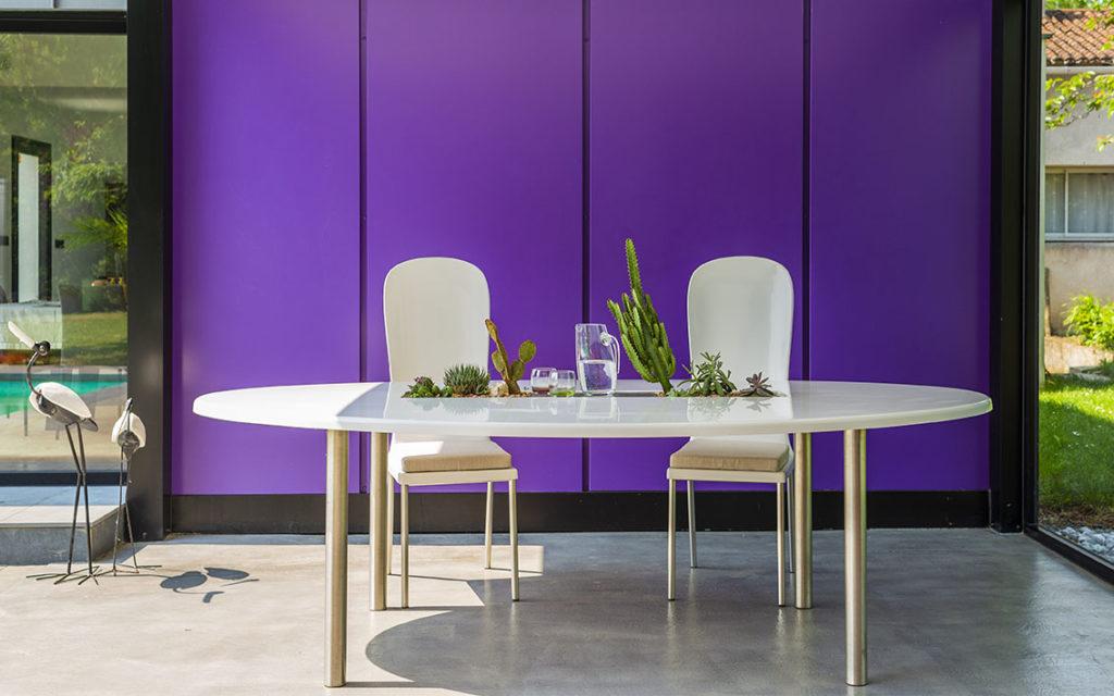 table de jardin ovale design blanche avec 2 chaises